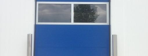 Sektionaltor in Blau